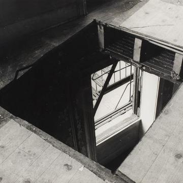 Caption / Ficha técnica: Gordon Matta-Clark, Bronx Floors [Pisos del Bronx], 1973. Impresión sobre gelatina de plata. 27.9 x 35.2 cm.  © 2017 Estate of Gordon Matta-Clark / Artists Rights Society (ARS), New York and David Zwirner, New York.